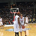 Rodman 在 J-Will 罰球時竊竊私語
