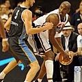 找尋空擋的 Kobe Bryant