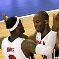 興奮擊胸的 Kobe Bryant 與 LeBron James