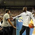 Kobe 與在場邊的 Rubio 打招呼