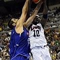 Kobe 遭遇 Reyes 強硬防守