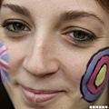 一位英國女球迷為射箭隊加油