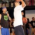 Nike球星林書豪蒞臨Nike Summer Nights,並投進三分球為全場觀眾贏得獎品