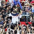 奪金後Phelps衝上觀眾席找到媽媽來個擁抱,這一刻讓所有媒體都在捕捉