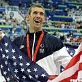 奪金後批著美國國旗,Phelps在這一刻就是美國的驕傲