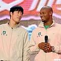 劉翔和當時的100公尺世界紀錄保持者Asafa Powell出席活動