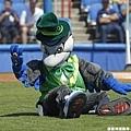 Ace 在聖派翠克節穿上綠色套裝