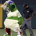 Phillie Phanatic 跳 Lady Pha Pha 的舞步
