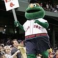 波士頓紅襪隊吉祥物高舉標語