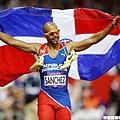 Sanchez披著多明尼加國旗繞場