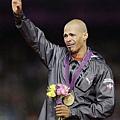 掛著兩行淚,Sanchez領取金牌。