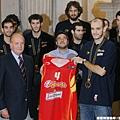 西班牙國家隊致贈球衣給西班牙國王