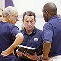 K教練跟助理教練討論戰術