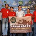 歐都納八千米攀登計畫永不放棄,持續完成台灣最大規模海外攀登活動,左起為中華健行登山會副理事長黃一元,基地營經理連志展、隊員莊周敏、董事長程鯤、隊員黃文辰、領隊何中達