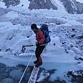 布羅德峰基地營冰河區,處處充滿危機與奪命冰河急流