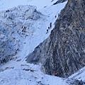 起攀點開始即是60度、70度甚至是90度的陡峭冰璧