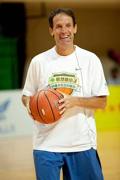 初次造訪台灣,林書豪的投籃教練Doc Scheppler對台灣小朋友的熱情讚譽有加