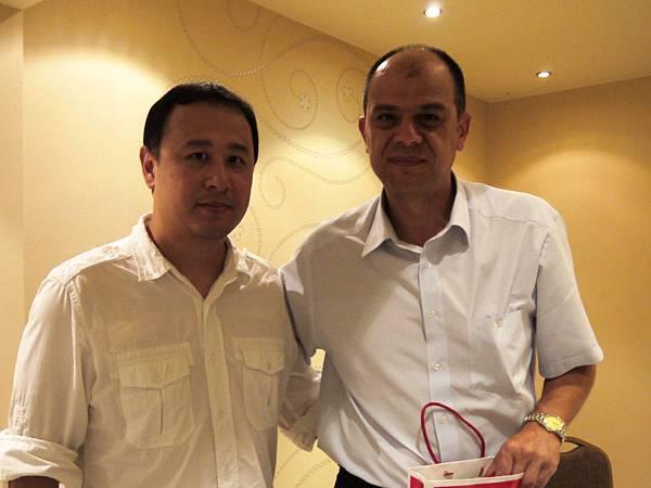 三對三籃協秘書長黃嘉德(左)與FIBA 3x3主席Kosta Iliev