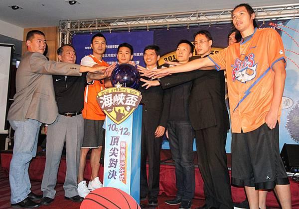 主辦單位、SBL與CBA球員代表共同宣告,2012海峽盃籃球邀請賽將於十月在台舉行
