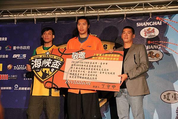 主辦單位悍創運動行銷董事長張運智(右)代表中華籃協送上邀請卡給CBA球隊代表,浙江廣廈林志傑(左)與上海大鯊魚曾文鼎(中)