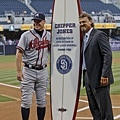 Chipper Jones 和教士隊贈送的紀念衝浪板
