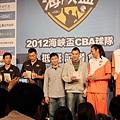 四隊球員拿雞排和奶茶合影