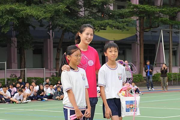 西門國小兩位小朋友與楊淑君激烈PK勝出  楊淑君特別頒發禮物   鼓勵大家透過跳繩散發快樂能量