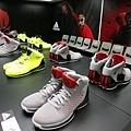 不同配色的 Rose 3 展示鞋