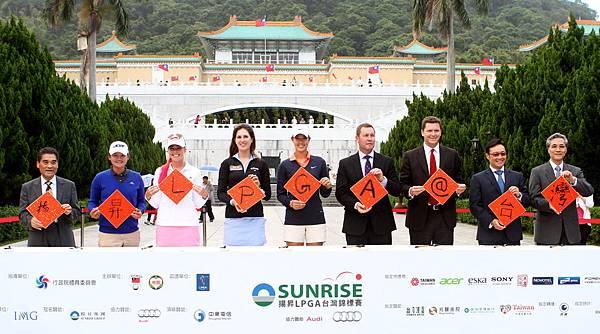 參與揚昇LPGA台灣錦標賽的明星選手與貴賓在故宮前當眾揮毫