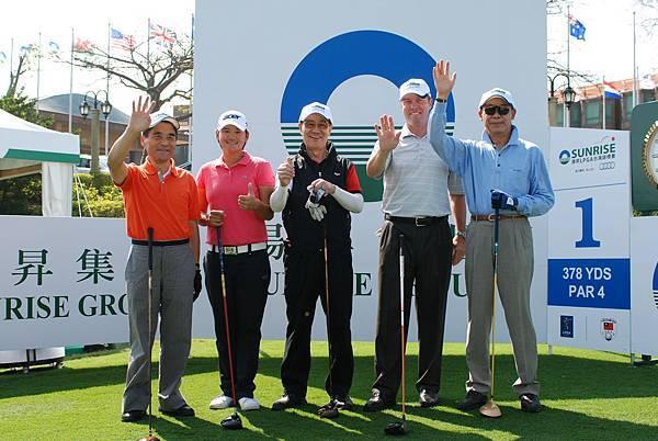揚昇LPGA台灣錦標賽24日上午舉行開球典禮,由曾雅妮(左二)與大會榮譽會長蕭萬長(中)打頭陣