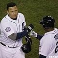 打出全壘打後,Cabrera 和隊友擊掌
