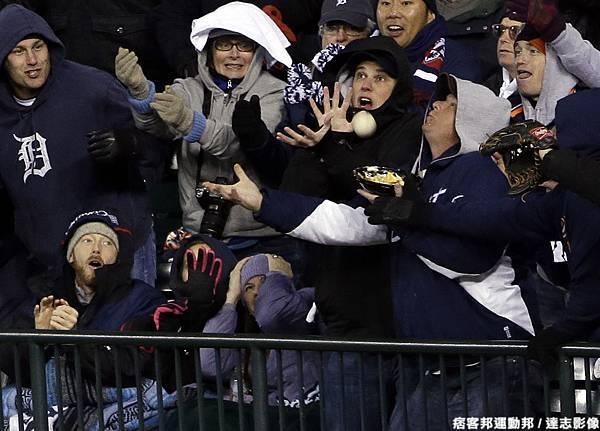 主場觀眾興奮爭搶 Cabrera 的全壘打球