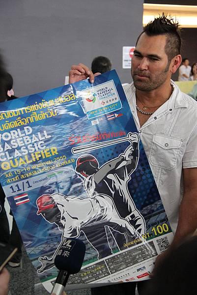 戴蒙喜獲主辦單位特別設計的泰文版海報