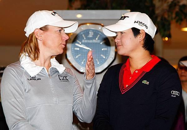 週四將首度客串當主播的雅妮(右)職業業餘配對賽開打前與好友索倫絲坦頻頻交換意見
