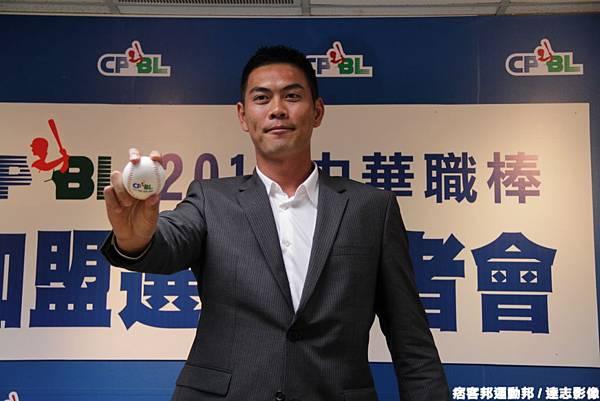 20121213羅錦龍遞交中職選秀同意書2