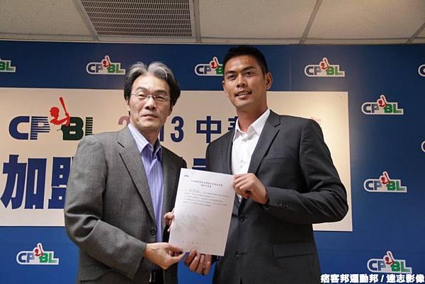 20121213羅錦龍遞交中職選秀同意書1