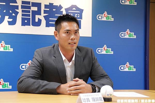 20121213羅錦龍遞交中職選秀同意書3
