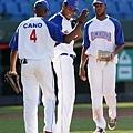 多明尼加隊投手貝羅(中)完投九局與隊友擊掌慶賀