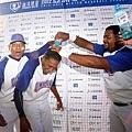 多明尼加隊投手貝羅(中)獲選單場MVP遭隊友潑水慶賀