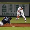 中華白隊游擊手陳凱倫在空中接球來不及觸殺日本隊盜壘跑者