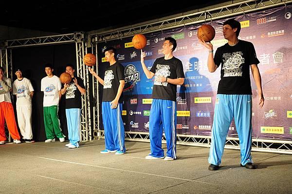 明星紅隊同樣以騎馬舞融合籃球元素回敬藍隊