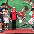 和小球員練習傳接球