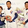 甜心歌手暉妮獻花並送上護身符,希望中華隊比賽一路勝利