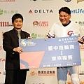 台中市體育處處長贈送前往東京機票給總教練,預祝中華隊勝利
