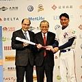 遠東國際商銀喊出安打送球棒的公益口號