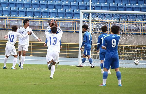 中華奧運隊王睿(左二)進球與隊友慶祝