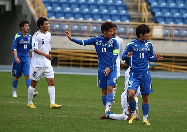韓國現代尾浦海豚隊隊長金五星(右二)戴帽演出