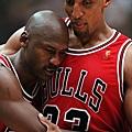 5.1997--冠軍賽第五戰 帶著感冒拼戰的 Jordan 賽後倒在Pippen胸膛