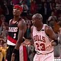 18.1992--對上拓荒者冠軍賽 經典聳肩動作被稱為「The shrug」