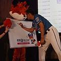 陳金鋒對著看板簽名